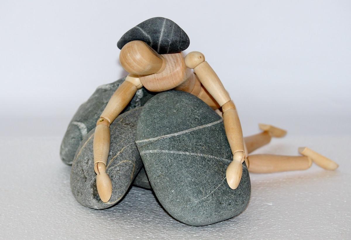 岩に押しつぶされる人のモデル