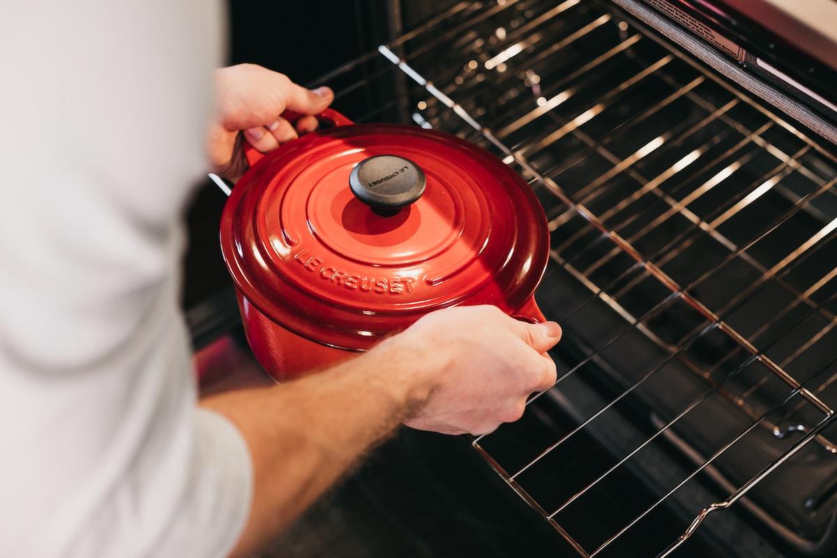 鍋を使って料理している状況