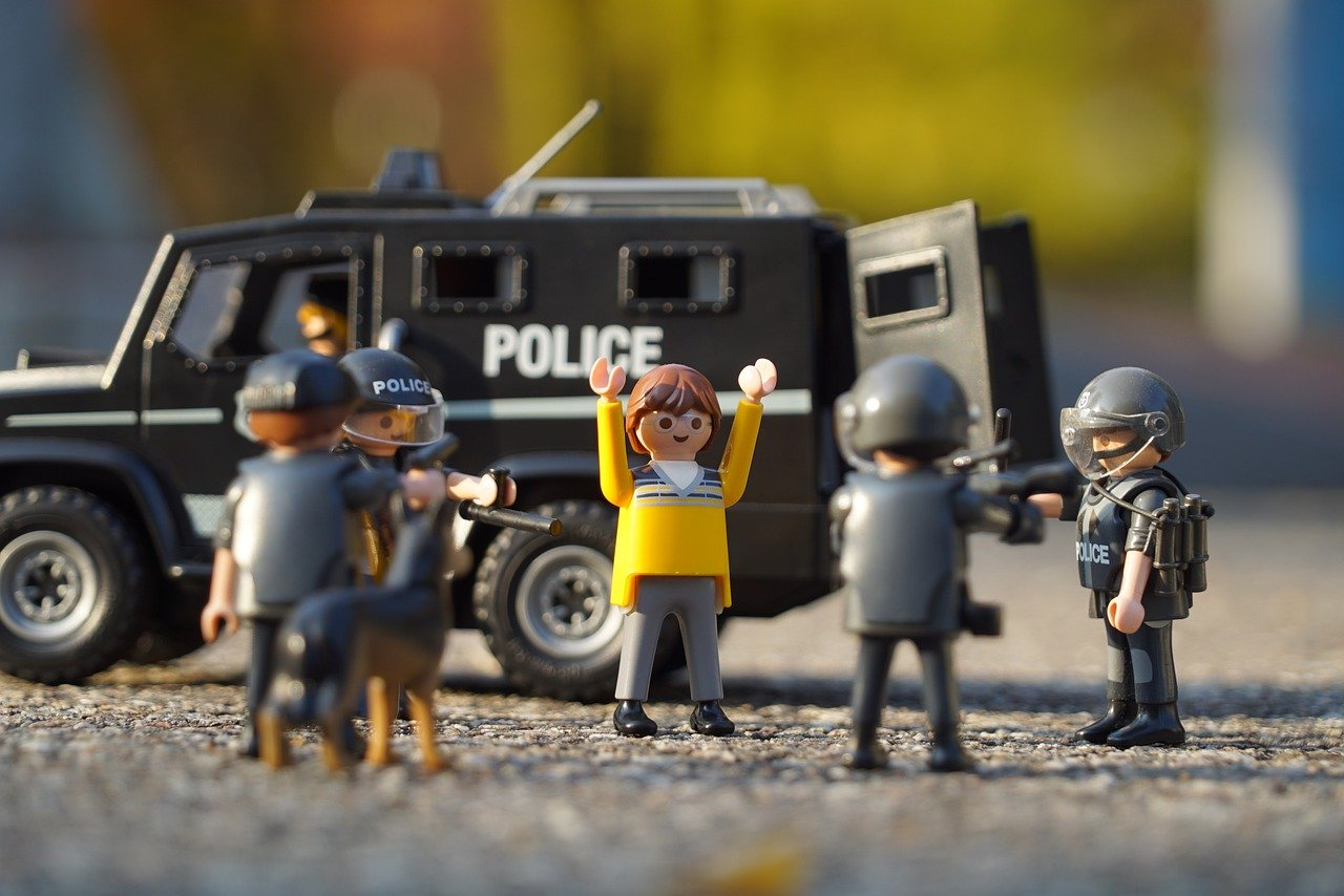 逮捕される人